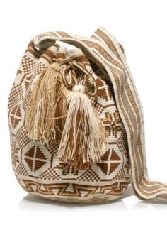 I just discovered tapestry.... tapestry crocheting oh my gosh I have to learn !!!!!!------Wayuu Mochila bag