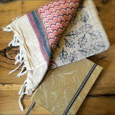 On adore le foulard Luxurious Gypsie imprimé à la main selon les techniques anciennes de Bali ! Shoppez le sur www.theshoppingsuite.com et évadez vous l'esprit léger !