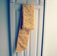 How to make a fabric sash in 20 minutes. All you need is some scar fabric and a sewing machine or needle and thread. Sewing Blogs, Sewing Projects, Make Your Own, Make It Yourself, Needle And Thread, Sash, Color Combos, Diy Crafts, Quilts