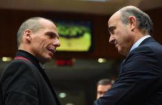 Yanis Varufakis (izq) habla con Luis de Guindos a su llegada a la reunión europea de ministros de Economía y Finanzas, este martes 17 de febrero en Bruselas
