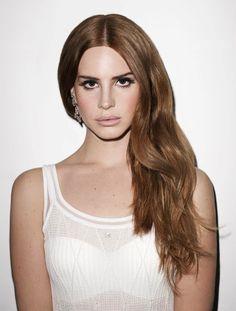 Henüz birkaç sene önce hayatımıza giren Lana del Rey'in saçları şimdiden sayısız renk değişiminden geçti ama biz onu en çok kızıl kumral olarak hatırlıyoruz.