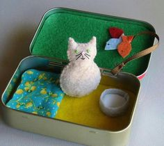 felt plush tin Travel Cat plush playset in Altoid tin with bed - fish toy- and milk . Cat Crafts, Diy And Crafts, Craft Projects, Crafts For Kids, Mint Tins, Tin Art, Altered Tins, Travel Toys, Operation Christmas Child