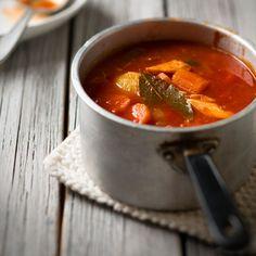 Jos kaipaat vaihtelua perinteiseen lohikeittoon, ota oppia idästä ja muunna keitto venäläiseksi seljankaksi. Tomaattimurska, maustekurkku ja nokare ranskankermaa tekevät keitosta mukavasti uudenlaisen. Thai Red Curry, Chili, Salsa, Mexican, Fish, Ethnic Recipes, Koti, Salsa Music, Chile