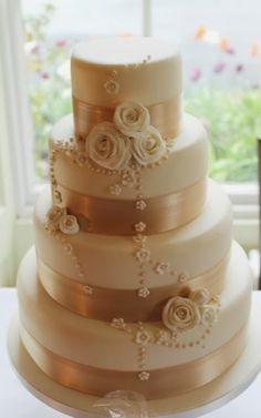 A classy and refined vintage wedding cake for the vintage bride to be!