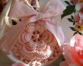 Sacchetto bomboniera all'uncinetto con una romantica rosa d'Irlanda : Scatole, cofanetti di i-pizzi-di-anto