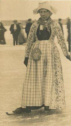 Sijmentje Ypma in Hindelooper klederdracht op het ijs, circa 1928 (105196).