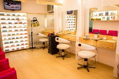 Salão de beleza ganha transformação surpreendente - Decora - Programas - GNT Home Salon, Salons, Desk, Pallets, Table, Furniture, Shop, Home Decor, Beauty Studio