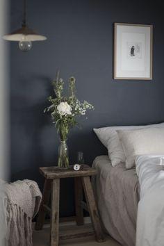 my scandinavian home: wild flowers, linen bedding and dark blue wall.