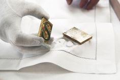 Voici un exemple de collaboration intéressante entre un jeune designer émergent soutenu par la Vienna Design Week et l'industrie autrichienne. Le designer allemand Sebastian Herkner a développé une nouvelle technique ingénieuse pour le marchand historique viennois de textile et de broderie, Zur Schwäbischen Jungfrau.  Sebastian a mis au point une façon beaucoup plus éphémère et flexible d'embellir le linge de table par le gaufrage de lettrage avec un jeu de typographie sur-mesure en fer.