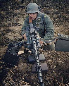 MG34 gunner using a tripod.                                                                                                                                                                                 Mais