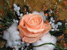 Wachsrosen selber machen:am besten weiße Rosen nehmen.Wachs in einem Topf auf der Herdplatte zum Schmelzen bringen - nicht zu heiß!!! - Rosen eintauchen,härten lassen,nochmal eintauchen,härten lassen. http://green-24.de/forum/resources/mit-baumwolle/34392