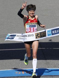 Irina Mikitenko überquert als Dritte beim Tokio-Marathon die Ziellinie. Die 40 Jahre alte deutsche Rekordläuferin hatte dabei mit 2:26:41 Stunden nur eine gute Minute Rückstand auf Siegerin Aberu Kebede aus Äthiopien. (Foto: Shizuo Kambayashi/dpa)