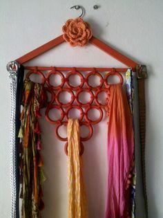 Con una percha y unas argollas hice este organizador de pañuelos.