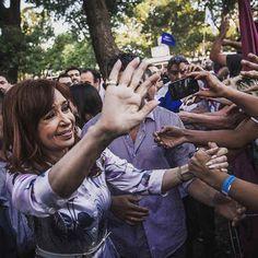 """CFK: """"CON ESTE MODELO DE PAIS MARCHAMOS INEXORABLEMENTE AL FRACASO""""   La ex presidenta disparó contra el Gobierno por el rumbo de la economía; apuntó contra Lorenzetti y contra Macri por las escuchasLa ex presidenta Cristina Kirchner volvió a criticar al gobierno de Mauricio Macri por sus políticas económicas. Aseguró que el país con esta orientación va """"inexorablemente al fracaso"""". Además apuntó contra el presidente de la Corte Ricardo Lorenzetti por la publicación de los audios producto de…"""