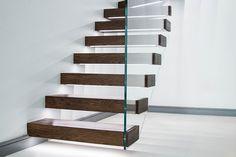 escalier suspendu design avec marches en bois massif et rampe en verre