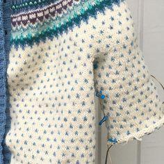 Så var det det här med att sticka ärmar och den återkommande frågan. Varför har jag så långa armar? Ett litet trips: loppfärgens lilla nystan förvarar jag inne i ärmen så att jag slipper trassel! #stickar #knitting #damejakkaloppa #pinneguridesign #ravelry #hverdagsuld #majasmanufaktur #majagarn #knittersofinstagram #sticklivet