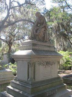 Bonaventure Cemetery: The gravestones are elaborate and beautiful