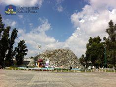 El volcán más pequeño del mundo. EL MEJOR HOTEL EN PUEBLA. En la capital poblana, se encuentra el volcán Cuexcomate, el cual se formó como consecuencia del brote de agua sulfhídrica por la erupción del volcán Popocatépetl, en el año 1604. En Best Western Real de Puebla, le recomendamos visitar este lugar ubicado en 2 Poniente y 3 Norte, en la colonia La Libertad. #bestwesternenpuebla