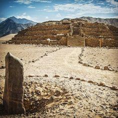 """Edificio Piramidal La Huaca y monolito hincado o """"huanca"""" en la Ciudad Sagrada de Caral. #caral #peru #travel  #milenario #patrimonio #supe #caral21aniversario by caralperu"""
