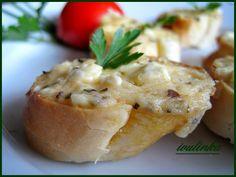 V misce vidličkou rozmačkáme balkánský sýr, přidáme máslo, tavený sýr, prolisovaný česnek, mletou papriku a sušenou bazalku.Vzniklou pomazánku...