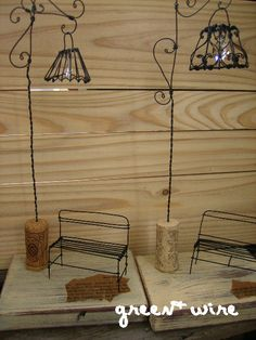 Miniature floor lamps - inspiration only Wire Crafts, Metal Crafts, Diy And Crafts, Fairy Furniture, Doll Furniture, Diy Abat Jour, Art Fil, Chicken Wire, Miniature Houses