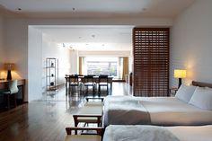 建具や家具からどことなくオリエンタルな雰囲気が漂うお部屋。リゾートホテルにいるような気分に浸れます。 <設計:インテンショナリーズ>