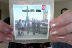 How To Make One Direction Stickers! What you need: Wax Paper Scissors Pictures (Printed out or out of a magazine) Clear Packaging Tape. One Direction Crafts, Mi One, How To Make Stickers, Wax Paper, Print Pictures, First Love, Diy Crafts, Harry Styles, Craft Ideas