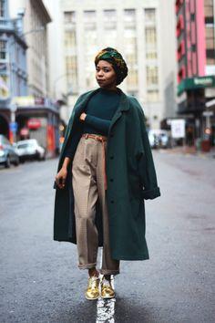 comment porter le turban en wax tissu africain avec une tenue urbaine chic, look chic et décontarctée en pantalon tailleur, pull vert et manteau oversize vert City Outfits, Urban Outfits, Fashion Outfits, Fashion Weeks, Fashion Tips, Fashion Trends, Looks Chic, Looks Style, Oversize Look