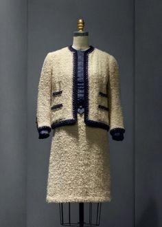 Костюм в стиле Шанель рассчитан на разные жизненные ситуации, но при этом всегда выглядит дорого и аристократично. Какие модные тенденции сейчас в тренде? Как выбрать и с чем носить?