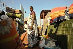 国連(UN)の施設に逃げてきた南スーダンの首都ジュバ(Juba)の住民ら(2013年12月20日撮影)。(c)AFP/Tony KARUMBA  ◇  ▼21Dec時事通信|襲撃の武装集団は2000人=国連施設、11人死亡-南スーダン  http://www.jiji.com/jc/zc?k=201312%2F2013122100055   ▼21DecAFP|各国政府、南スーダンからの自国民の避難を加速 http://www.afpbb.com/articles/-/3005458 #southsudan #soudandusud #Juba #South_Sudan #Sudan_del_Sur #Soudan_du_Sud #Suedsudan