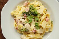 Pastaret med kylling og broccoli. Opskrift på en nem hverdagsret med frisk pasta, kylling, bacon og broccoli. Pyntet med parmesanost og brøndkarse.