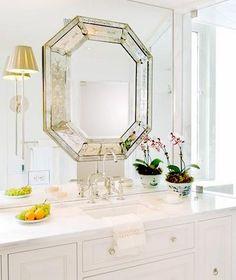 お宅ではトイレに鏡を飾っていますか?狭いトイレのスペースに鏡を置くことで、さまざまなメリットがあります。暮らしに幸運を取り入れる風水のコツと素敵なアイデアをお教えしますね。すぐに真似したくなるインテリア画像も満載です。