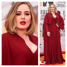 A cantora Adele quebrou a hegemonia do preto e desfilou na premiação Brit Awards 2016 com um vestido maravilhoso em tom de vermelho queimado! #britawards #adele