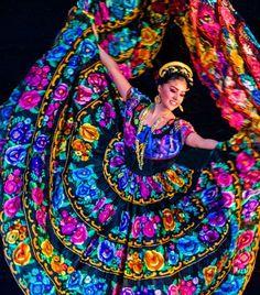 """MÉJICO The Dancer El Jarabe tapatío es considerado el baile nacional de México. Nació a finales del siglo XIX en el estado de Jalisco y es ejecutado con el paso llamado """"zapateado"""". Es acompañado por música de mariachi y los bailarines portan los dos trajes típicos nacionales, el traje de charro, para el hombre, y el vestido de china poblana para la mujer."""