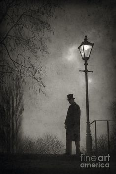 3-victorian-man-standing-next-to-an-illuminated-gas-lamp-lee-avison.jpg (598×900)