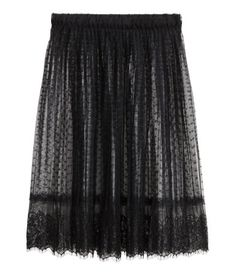Black. Knee-length skirt in pleated lace with an elasticized waistband.