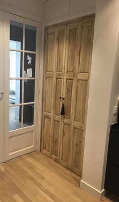 Interior shutters in Aube in situation - Kids Bathroom Storage, Girls Bedroom Storage, Interior Shutters, Interior Exterior, Pallet House, Inside Doors, Ikea Curtains, Farmhouse Curtains, Old Doors