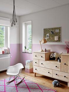 Fina barnrum stylade av Pella Hedeby och Marie Ramse för JM- Purmo Compact radiator under fönstret.