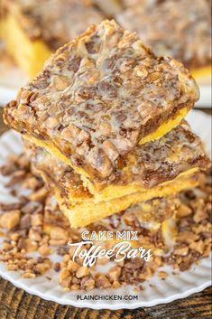 Cake Mix Toffee Bars - only 5 ingredients - Cake mix, eggs, butter, toffee bits and sweetened condensed milk. These are best if you make them the day before and refrigerate overnight. Cake Mix Desserts, Bite Size Desserts, Cake Mix Recipes, Cake Mix Cookies, Köstliche Desserts, Holiday Desserts, Delicious Desserts, Dessert Recipes, Bar Recipes