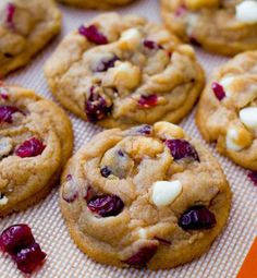 Guide to chocolate chip cookies… Soft-Baked White Chocolate Chip Cranberry Cookies by Sallys Baking Addiction Best Chocolate Chip C. Cookie Desserts, Just Desserts, Cookie Recipes, Dessert Recipes, Cookie Tray, White Chocolate Cranberry Cookies, White Chocolate Chips, Chocolate Blanco, White Chocolate Recipes