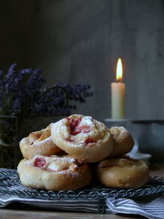 Jahodovo-vanilkové slimáčiky - My Sweet Fairytale Buns, Doughnut, Birthday Candles, Food Photography, About Me Blog, Bread, Sweet, Desserts, Basket
