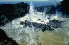 Soufrière de St-Vincent - un dôme en croissance sort du niveau du lac de cratère en décembre 1971.  L'extrusion a débuté fin septembre-début octobre 71; le dôme a commencé à émerger le 20.11, caractérisé par un ratio de croissance initial de 2-3 m. par jour, jusqu'en mars 72. (l'éruption de 71-72 ne fut pas explosive) - photo Jack Frost.