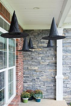 DIY Floating Witch Hat Luminaries Clever decorating idea for a porch for Halloween, floating Witch& hat luminaries, they even light up at night! The post DIY Floating Witch Hat Luminaries & Trunk or Treat 2019 appeared first on Halloween decorations . Spooky Halloween, Porche Halloween, Diy Halloween Party, Halloween Veranda, Halloween Outside, Halloween Witch Decorations, Halloween Porch, Halloween College, Holidays Halloween
