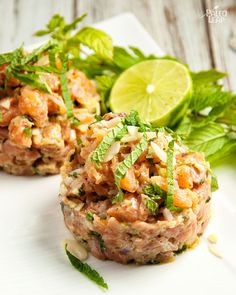 A dish for adventurous foodies: salmon tartare with a fresh, Mediterranean dressing. Sushi Recipes, Salmon Recipes, Seafood Recipes, Gourmet Recipes, Cooking Recipes, Healthy Recipes, Tartare Recipe, Salmon Tartare, Appetizers