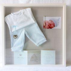 Eerste baby spulletjes en kleertjes inlijsten in 3D Fotolijst. Mooi en kostbaar cadeau voor je kleintje, vrouw of je man. Kado van oma voor kleinzoon of kleindochter.. Of juist voor je eigen (volwassen) zoon of dochter als ze zwanger zijn of een baby hebben. Info: https://joleenskraamcadeaus.wix.com/kraamcadeau#!product/prd1/1887985145/3d-lijst-met-eerste-babyspulletjes