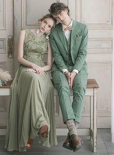 清楚でありながら凛としたクールさをも兼ね合わせる、モスグリーンのスタイリング。オーガニックな装いで、いつもの自然体な私でいられるように。 Hijab Wedding Dresses, Wedding Dress Patterns, Casual Wedding Attire, Wedding Suits, Tuxedo Dress, Party Fashion, Green Dress, Designer Dresses, Vintage Dresses