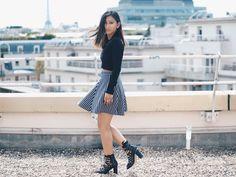 Combina un top negro de manga larga con una minifalda de líneas geométricas para un look más moderno. | 18 Combinaciones de crop tops y faldas que querrás probar ahora mismo