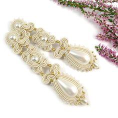 He encontrado este interesante anuncio de Etsy en https://www.etsy.com/es/listing/221828170/pearl-bridal-soutache-wedding-earrings