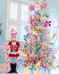 This is just magical. Few years back I did the candy land theme and seriously thinking about doing it again this year! Christmas Tree Inspo, Candy Land Christmas, Unique Christmas Trees, Whimsical Christmas, Christmas Tree Themes, Noel Christmas, Xmas Tree, Christmas Tree Decorations, Christmas Crafts