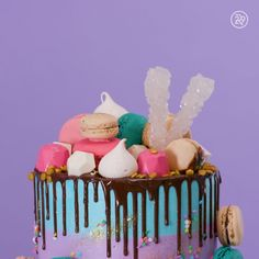 Jenner's Birthday Cake Is Unlike Anything We've Ever Seen This is the ultimate drip cake recipe you need to try!This is the ultimate drip cake recipe you need to try! Drip Cake Recipes, Baking Recipes, Dessert Recipes, Meal Recipes, Dinner Recipes, Party Desserts, Bolo Charlotte, 21st Birthday, Birthday Parties